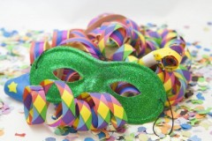 12112591-fond-de-carnaval-colore-avec-des-rayures-et-masque.jpg